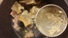 Ko je kostna juha kuhana, jo moramo precediti skozi gosto cedilo, da prestrežemo vse manjše delčke kosti.