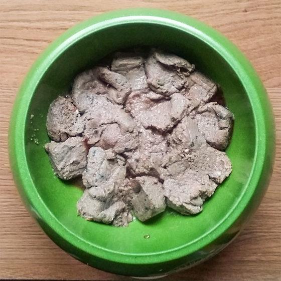 """Odlična surova večerja je pripravljena, ko se kocke odtalijo. Meso je dopolnjeno z zelenjavo in dobrimi viri OH-jev, zato je to """"popoln"""" obrok."""