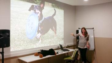 Špela v akciji: fotografijo psa na prezentaciji je podkrepila s praktičnim prikazom, kako mora pri držanju frizbija sodelovati celotno telo.