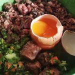 Pisan zajtrk s surovim jajcem