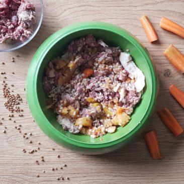 Meso z zelenjavo in ajdvo kašo. Ajdova kaša in zelejava predstavljata približno 20 % obroka.