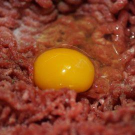 4 prodajne fraze o surovem mesu, ki ne držijo